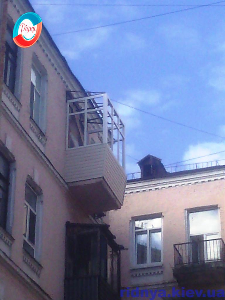 Зовнішня обробка балкона сайдингом - фото компанії Рідня